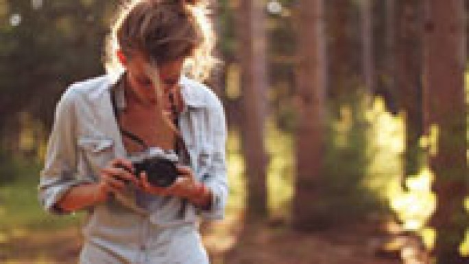 Фото девушки с фотоаппаратом кэнон